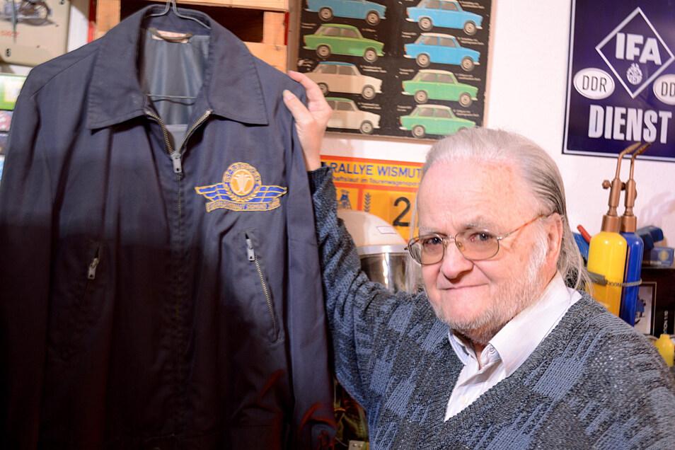 Schäufele zeigt eine Jacke von Sigmund Jähn, des ersten Deutschen im All.