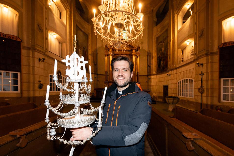 Mit solchen Lichterpyramiden, wie Pfarrer Friedemann Wenzel eine in den Händen hält, ziehen rund 35 Kinder und Jugendliche am Heiligabend in die Cunewalder Kirche ein. Auch dieses Jahr soll so sein – obwohl die Kirche zurzeit gesperrt ist.