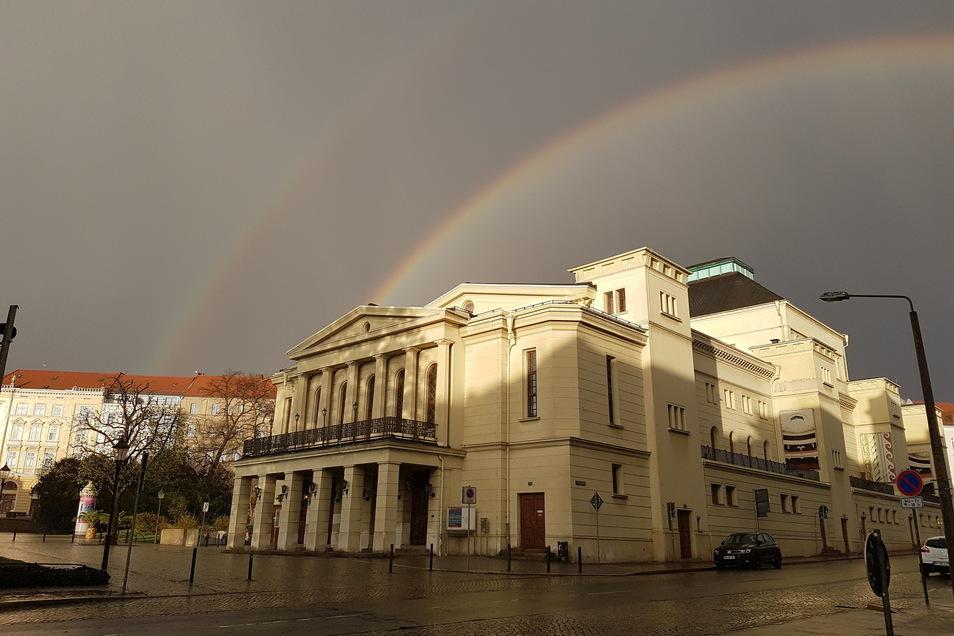 Der Regen im Mai sorgte nicht nur für triste Bilder. Anfang Mai gelang Robert Wirth am Görlitzer Theater dieses Foto mit einem Doppel-Regenbogen.