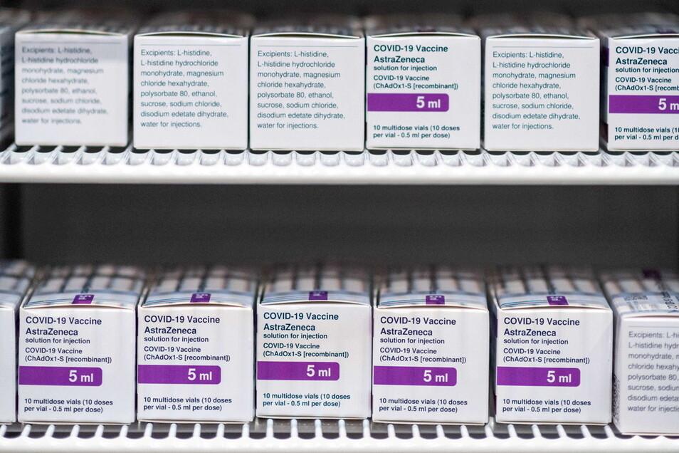 Der Impfstoff der Firma Astrazeneca lagert in einem Kühlschrank. Das Präparat bleibt mancherorts in den Praxen liegen.