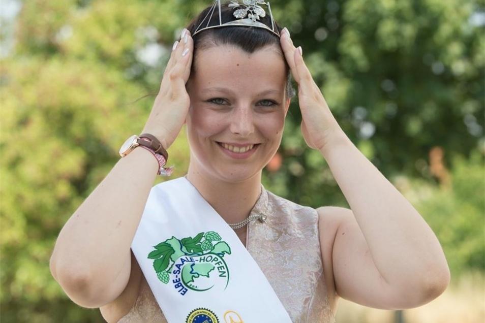 Während der feierlichen Zeremonie erhielt sie von ihrer Vorgängerin eine Schärpe sowie eine Krone überreicht.