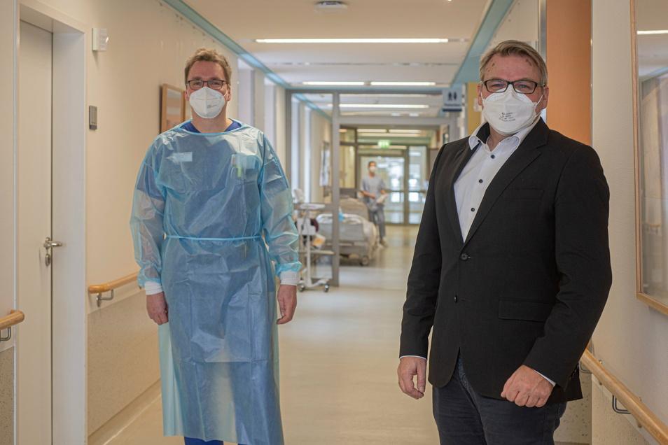 Rüdiger Soukup (l.), Chefarzt der Inneren Medizin im Kamenzer Malteser Krankenhaus, und Geschäftsführer Sven Heise planen die allmähliche Rückkehr der Klinik zum Normalbetrieb.