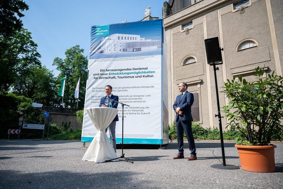 Sachsens Ministerpräsident Michael Kretschmer und der Görlitzer OB Octavian Ursu am Freitag vor der Stadthalle Görlitz.
