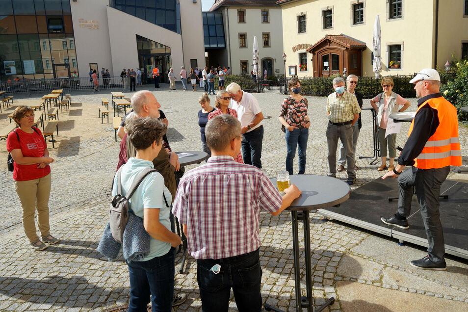 Am 13. September konnten sich Interessierte auf der Ortenburg über die aktuellen Pläne für eine Spreebrücke informieren. Es gab Biertischgarnituren und drei Standorte mit Stehtischen für Diskussionen mit den Verantwortlichen wie hier mit Architekt Carsten