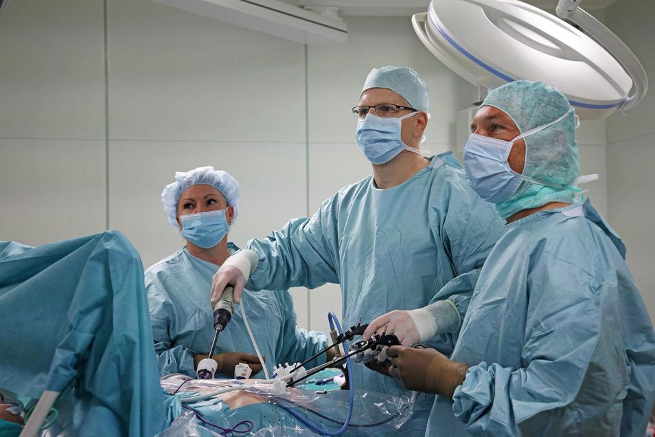 Prof. Dr. med. Oliver Stöltzing (Bildmitte) und sein Team bei der Operation an einer Bauchspeicheldrüse. In Riesa geht das jetzt mit neuartigen Methoden, die nur kleine Narben zurücklassen.