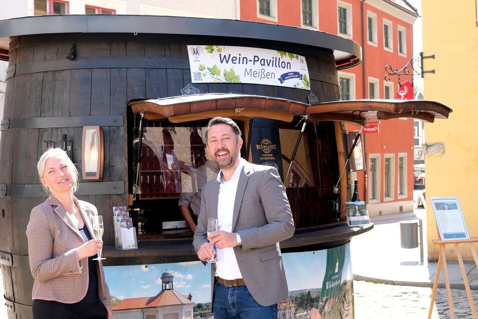 Das Weingut Wackerbarth setzt den Startschuss: Veranstaltungsmanagerin Manuela Naumann und Meißens Marketing-Chef Christian Friedel weihen das Sachsen-Weinfass auf dem Markt ein.