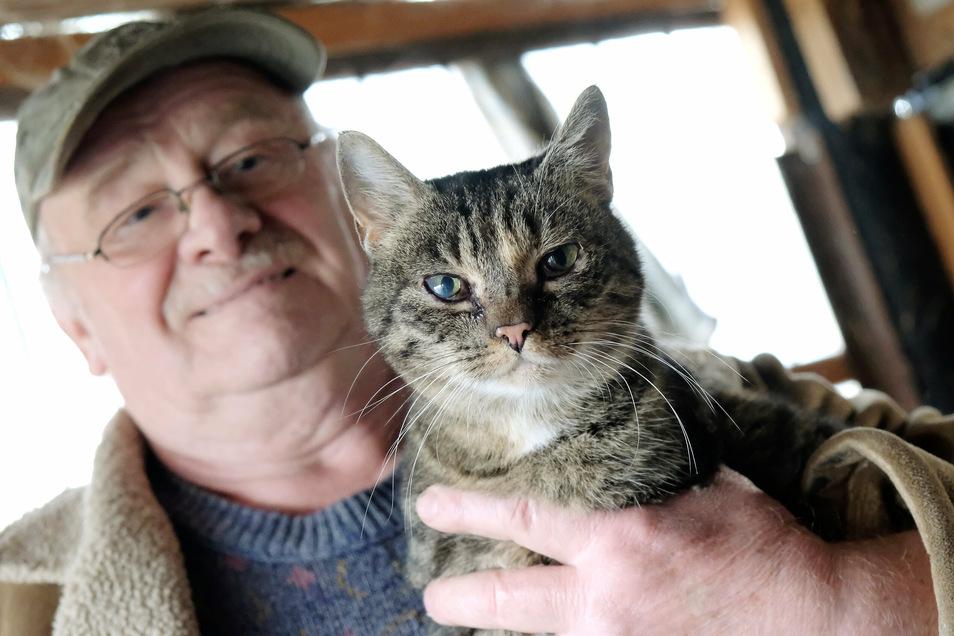 Gerd Bartkowski mit einer seiner 13 Katzen, um die er sich derzeit kümmert.