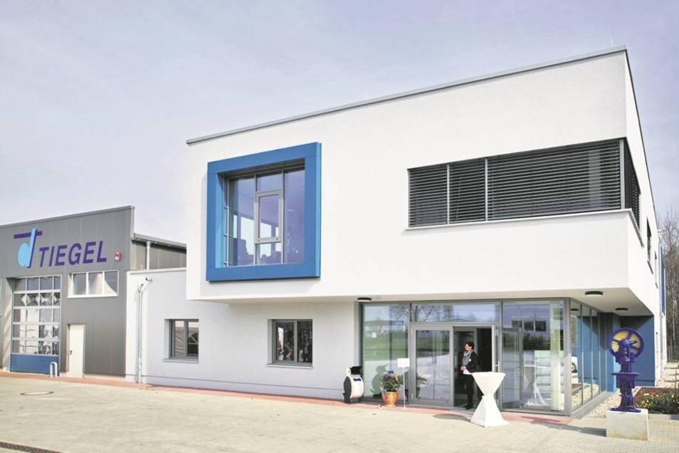 Neue Halle am neuen Standort: Die Firma Tiegel brauchte Platz und zog jetzt von Ullersdorf nach Radeberg um.