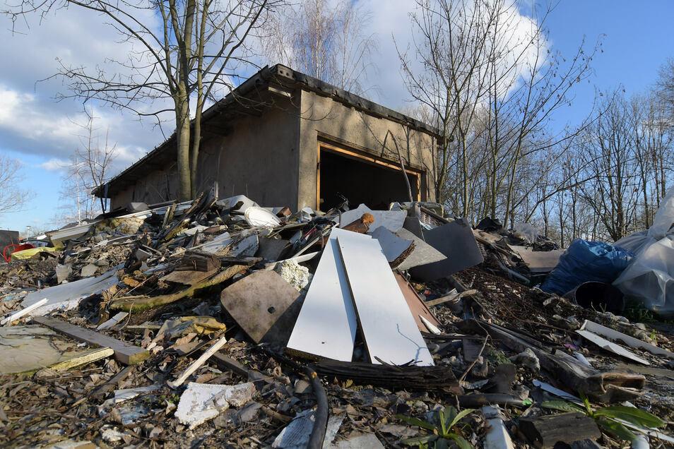 Am ehemaligen Bauhof in Zschackwitz türmt sich einer riesiger Berg mit illegal abgelagertem Müll.