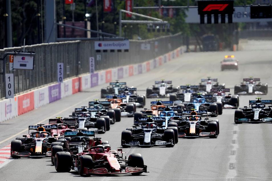 Red-Bull-Pilot Sergio Perez hat das Formel-1-Rennen in Baku gewonnen. Der Mexikaner profitierte am Sonntag beim Großen Preis von Aserbaidschan von einem Reifenplatzer seines Teamkollegen Max Verstappen.
