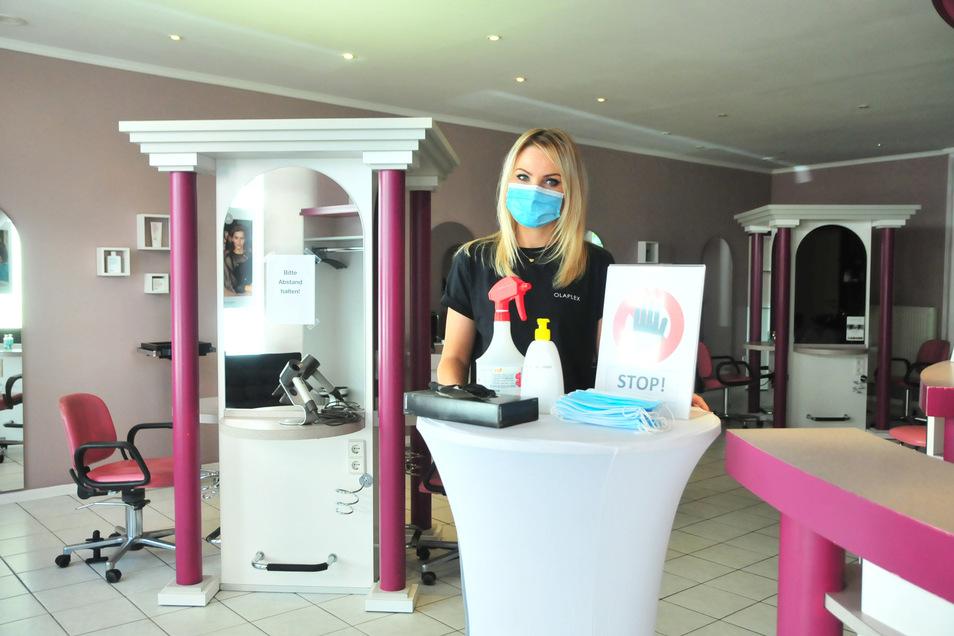 Friseurmeisterin Marie Ebert vom Geschäft Ismer ist froh, dass sie ihren Laden wieder öffnen kann. Dafür nimmt sie gern Einschränkungen in Kauf.