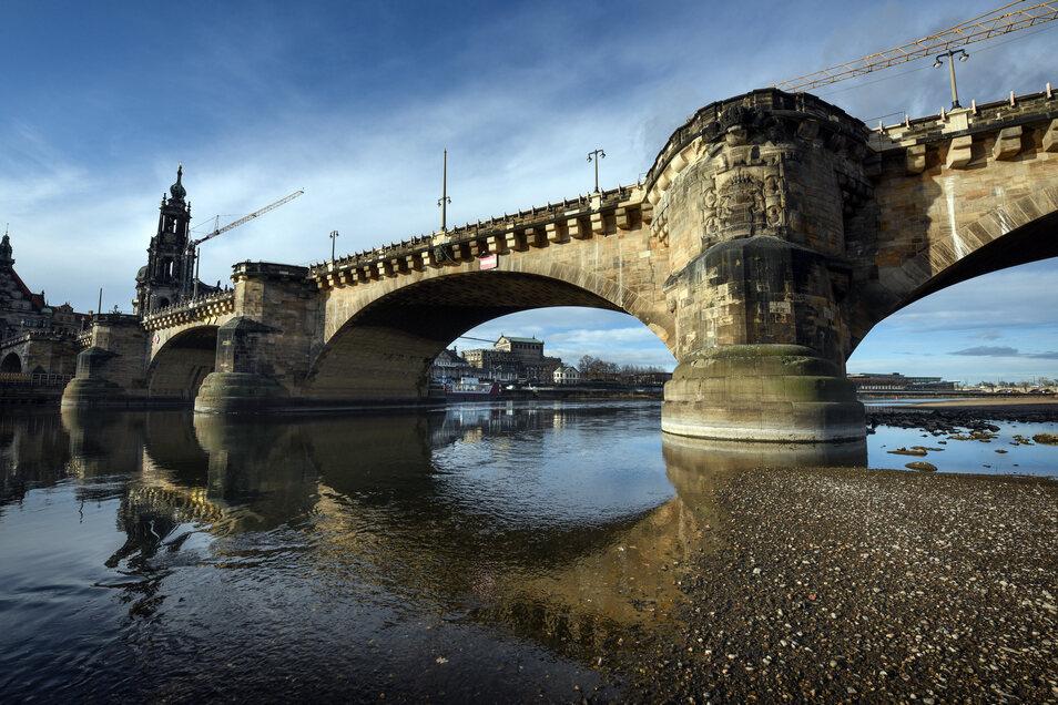 Die Corona-Pandemie kann auch die Arbeiten an der Augustusbrücke ausbremsen.