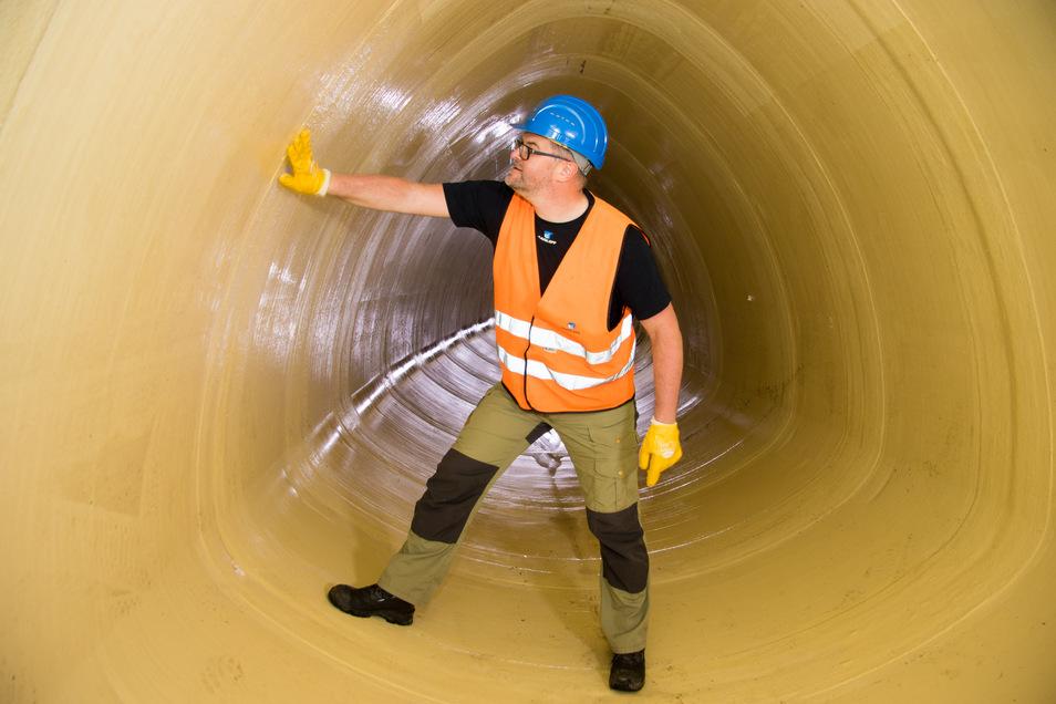 Bauleiter Mirko Knechtel begutachtet die neu eingebaute Röhre. Mittlerweile fließt bereits Abwasser hindurch.
