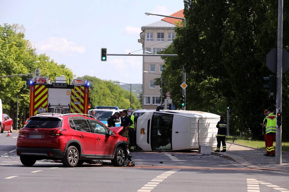 Zusammenstoß am Sachsenplatz: Die beiden Insassen des weißen Kleintransporters wurden nach Polizeiangaben leicht verletzt. Durch die Wucht des Zusammenstoßes mit dem roten Peugeot kippte der VW Crafter um und blieb auf der Seite liegen.