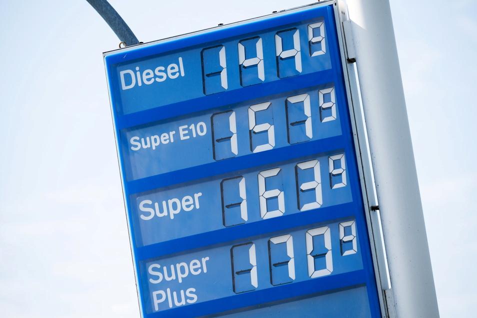 Die Benzinpreise steigen.