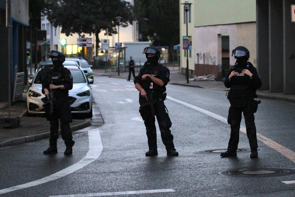 Polizeikräfte sichern am Mittwochabend eine Straße in Hagen.