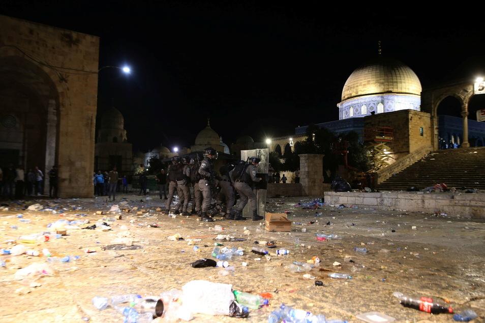 Israelische Polizisten sind während Zusammenstößen auf dem Gelände der Al-Aksa-Moschee in der Altstadt Jerusalems zu sehen.