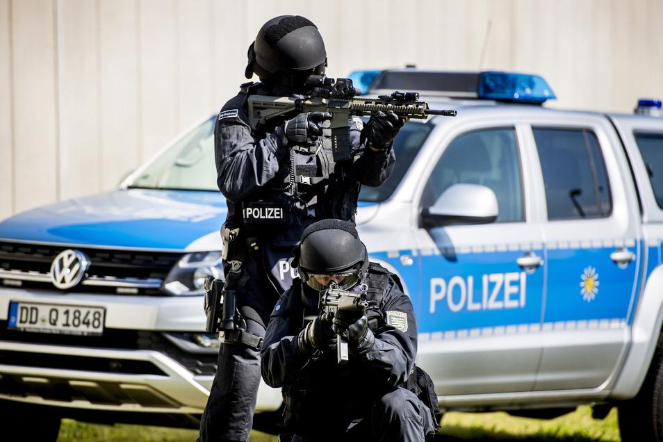 Diese Spezialisten der Polizei, hier bei einem Fototermin, hatten am Donnerstagabend in Dresden-Prohlis zu tun.