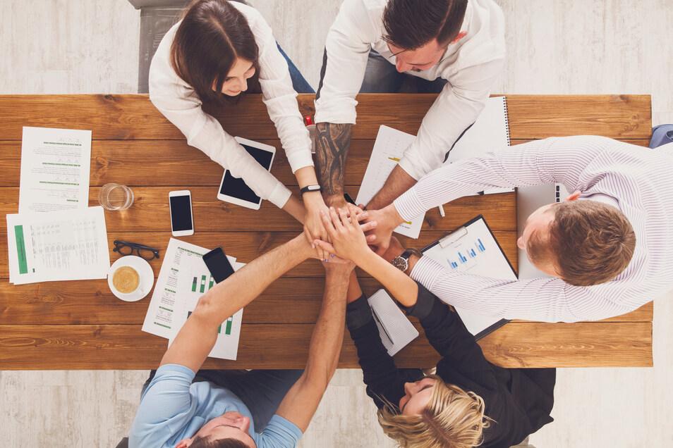 Ohne Teamarbeit geht in den meisten Arbeitsfeldern wenig. Doch wo und wie man sich trifft, kommuniziert und entscheidet, ändert sich teilweise deutlich.