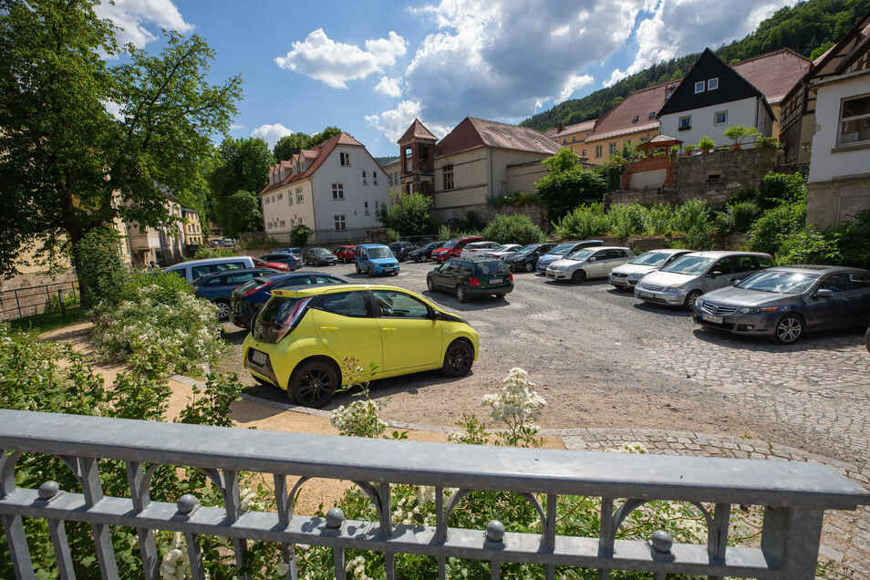Wildes Parken an der Pirnaer Straße 1: aktuell haben hier an die 30 Autos Platz.