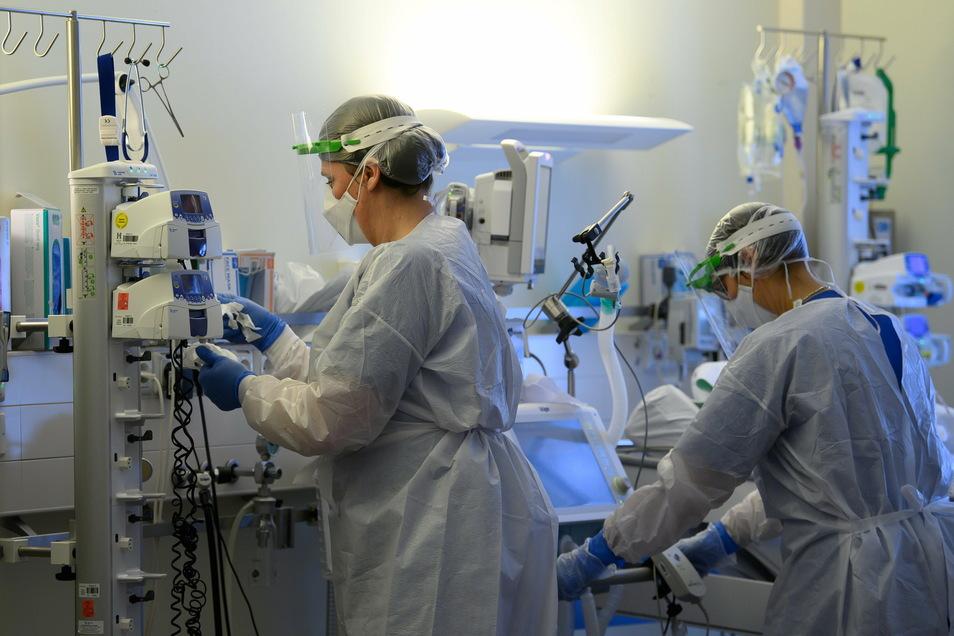 Die Kliniken versorgen inzwischen dauerhaft Covid-Patienten auf Intensivstationen.