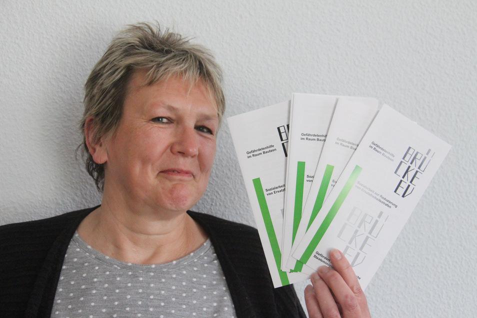 Sozialarbeiterin Ines Wuitz ist beim Bautzener Brücke-Verein für das Projekt zuständig, das Menschen dabei hilft, einen Gefängnisaufenthalt zu vermeiden. Faltblätter, die über die verschiedenen Möglichkeiten informieren, verteilt der Verein in Bautzen.