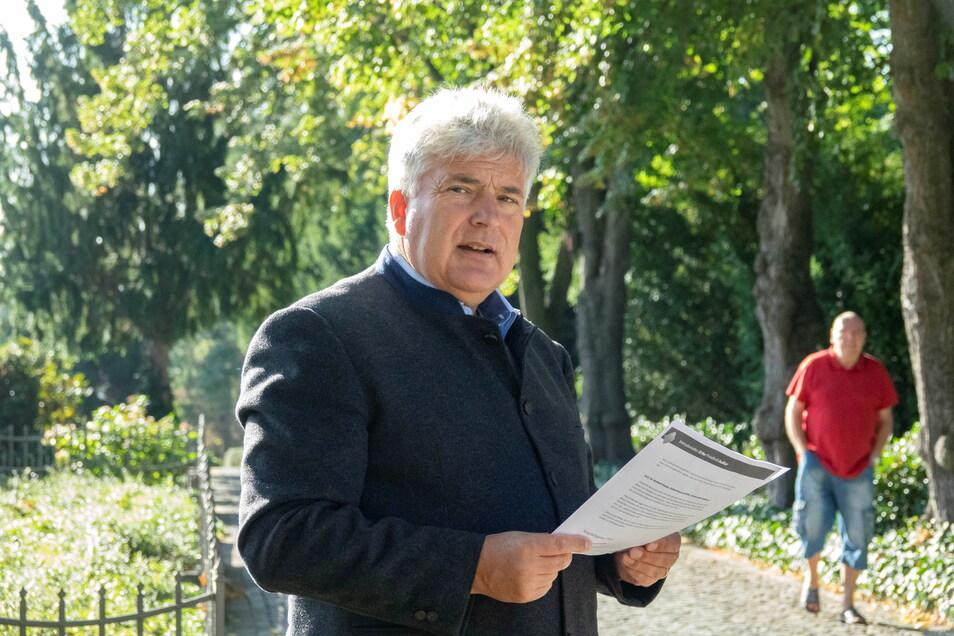 Friedhofsverwalter Andreas Wolf vor dem Trinitatisfriedhof in Riesa.