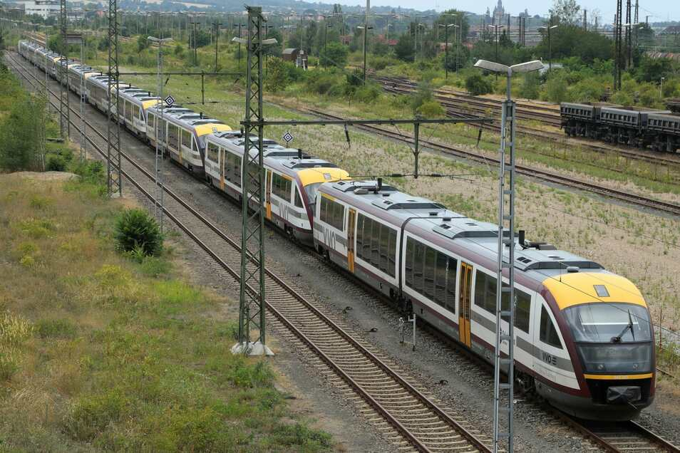 Noch stehen die Städtebahn-Züge auf dem Güterbahnhof Dresden-Friedrichstadt. Aber bald sollen sie wieder rollen.