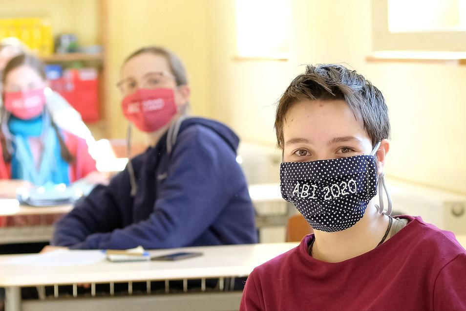 Zoé mit weiteren SchülerInnen der Abiklasse der Freien Werkschule. Die Abiklasse wurde gedrittelt und in verschiedenen Klassenräumen untergebracht. Die Schüler haben alle einen Mund/Nasenschutz erhalten. Am Standort Großenhain konnte ein Unterricht in zwe