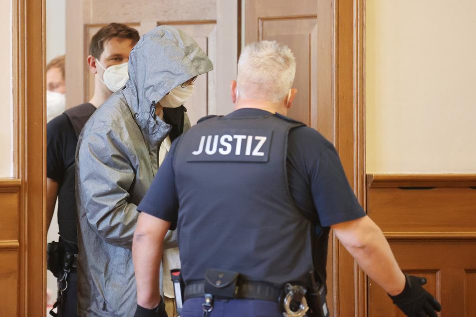 Einer der beiden Angeklagte (M) wird in den Schwurgerichtssaal geführt. Zwei Thüringer Polizisten müssen sich wegen Vergewaltigung verantworten.