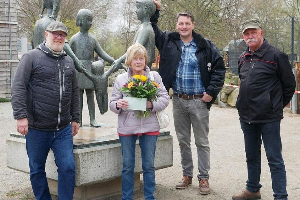 Karsten Bormann (li.), Karl Heinz Seitz (re.) und Eugen Bruins gratulierten bei einem Treffen im Zoo Hoyerswerda Brigitte Trunte zu deren Geburtstag. Die Schatzmeisterin hatte auch eine Spende des Vereins der Zoofreunde mitgebracht.