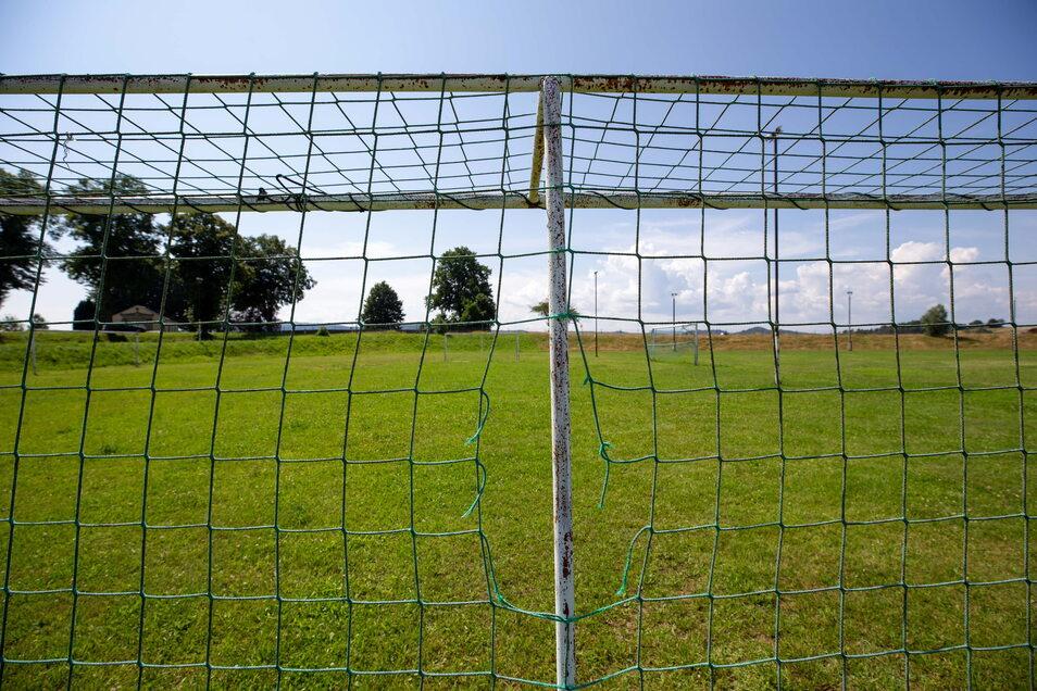 Der Sportplatz in Lichtenhain bei Sebnitz ist zum Verkauf ausgeschrieben.