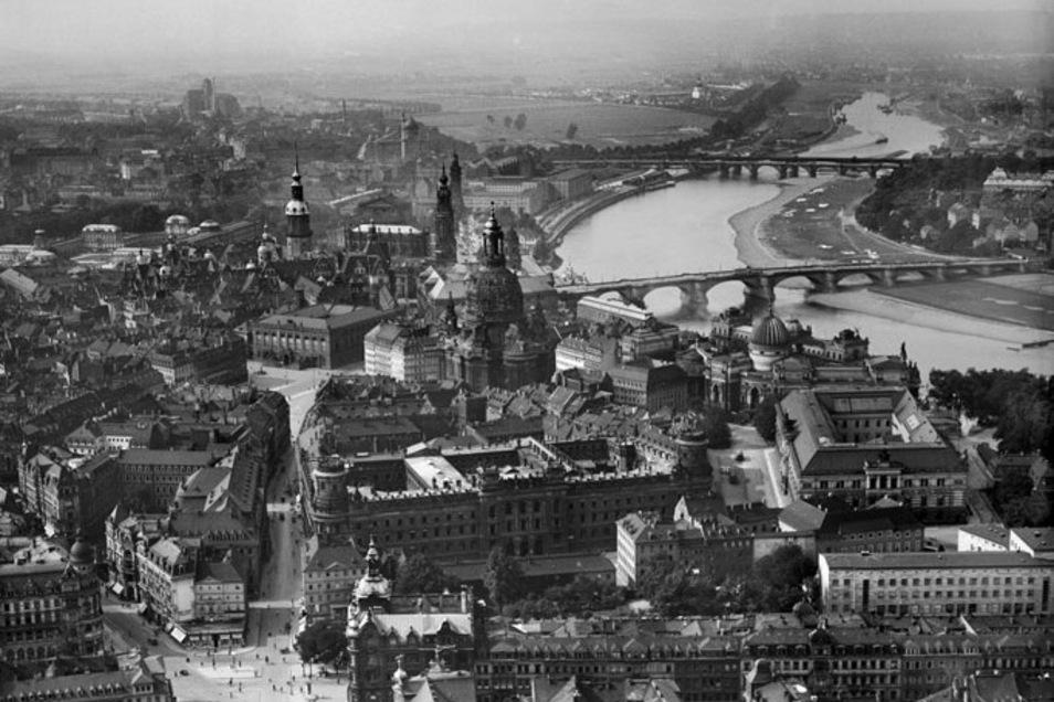 """Für den bekannten Dresdner Fotografen Walter Hahn hat der Dichter nur Verachtung übrig. Denn Hahn war ab 1934 NSDAP-Mitglied, durfte Luftaufnahmen wie diese machen und wurde nach dem Krieg schnell entnazifiziert. """"Das Dritte Reich ging an ihm vorbei wie e"""
