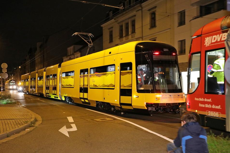 In Dresden ist die erste der neuen Straßenbahnen angekommen.