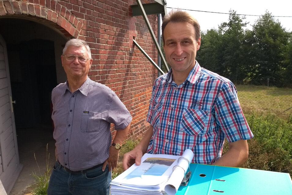 Marcel Fischer (re.) und Ulrich Klein bemühen sich schon seit Längerem um die Sanierung des Grumbacher Windrades.