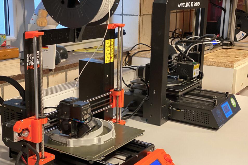 Das wichtigste Arbeitsgerät für die Visier-Produktion im Makerspace: 3-D-Drucker.