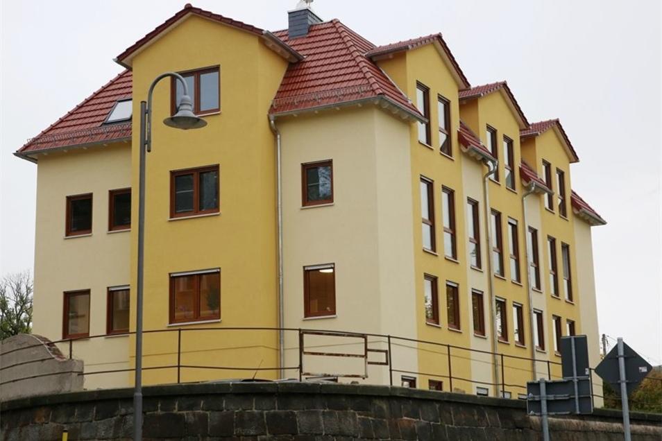 Das neue Wohn- und Ärztehaus in Großröhrsdorf ist auf dem Gelände des früheren Lehngutes entstanden. Baustart war vor einem guten Jahr.