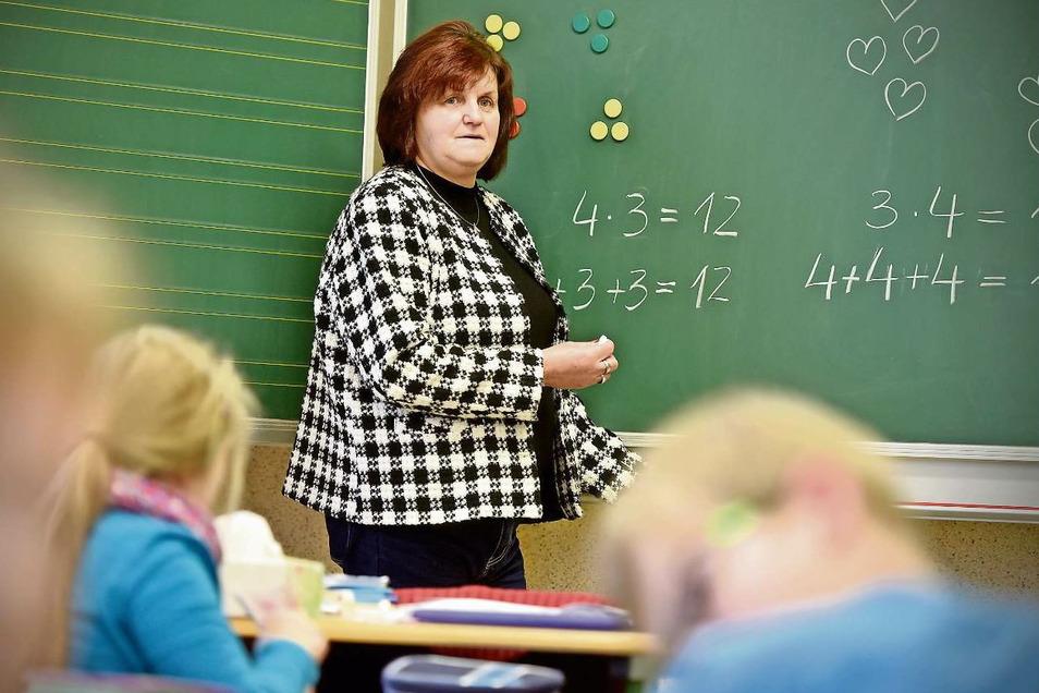 Christina Pohl ist 67. Trotzdem arbeitet die pensionierte Lehrerin stundenweise an ihrer alten Grundschule in Mittelherwigsdorf.