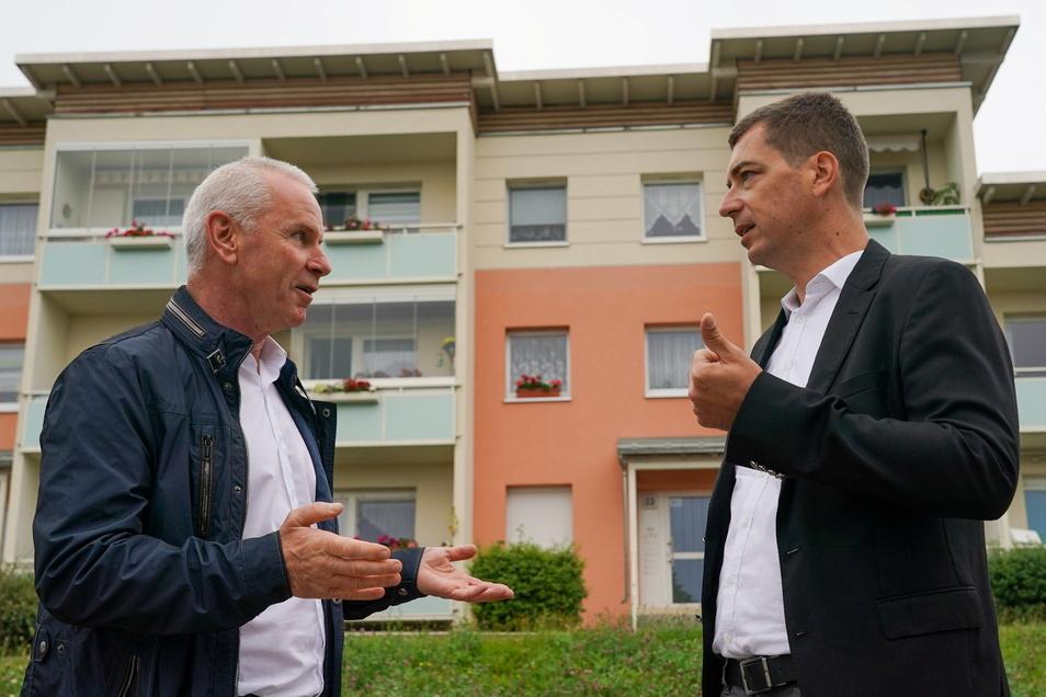 Uwe Matthe (l.) von der Schwarzenberger Wohnungsgesellschaft im Gespräch mit Alexander Müller vom Verband der Wohnungs- und Immobilienwirtschaft e.V.