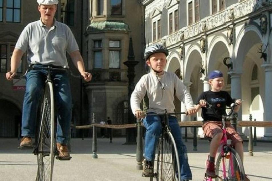 Im Dresdner Stallhof lassen sich Samstag und Sonntag historische Fahrräder ausprobieren.