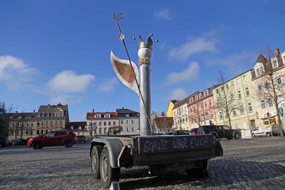 Mit diesem herumreisenden Engel will der Riesaer Künstler Lutz Peschelt Mut machen, hier auf dem Riesaer Rathausplatz.