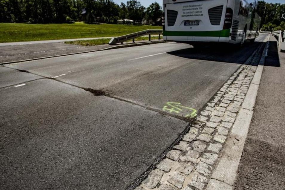 Solche Spuren bildeten sich jetzt auf sanierten Fahrbahnabschnitten in Großröhrsdorf. Das warf bei einem Kraftfahrer Fragen auf.