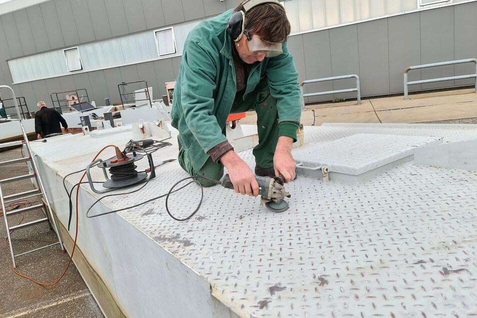 Auf dem Bootswerftgelände der Verkehrsgesellschaft Meißen werden die Fähranleger bei Werftbetreiber Maik Motzek geprüft und instand gesetzt.