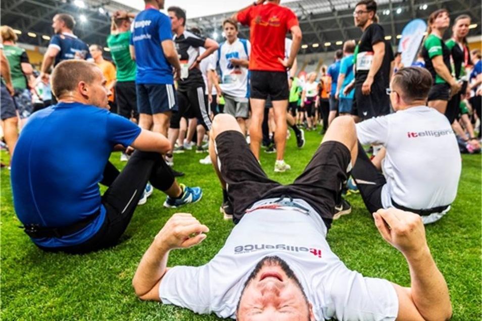 Erschöpft: Auf dem Rasen des DDV-Stadions konnten sich die Teilnehmer nach dem Lauf ausruhen.