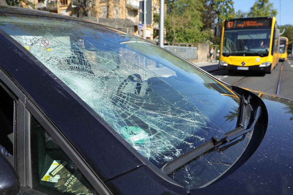 Die Radfahrerin prallte offensichtlich auf der Windschutzscheibe des VW Golf auf.