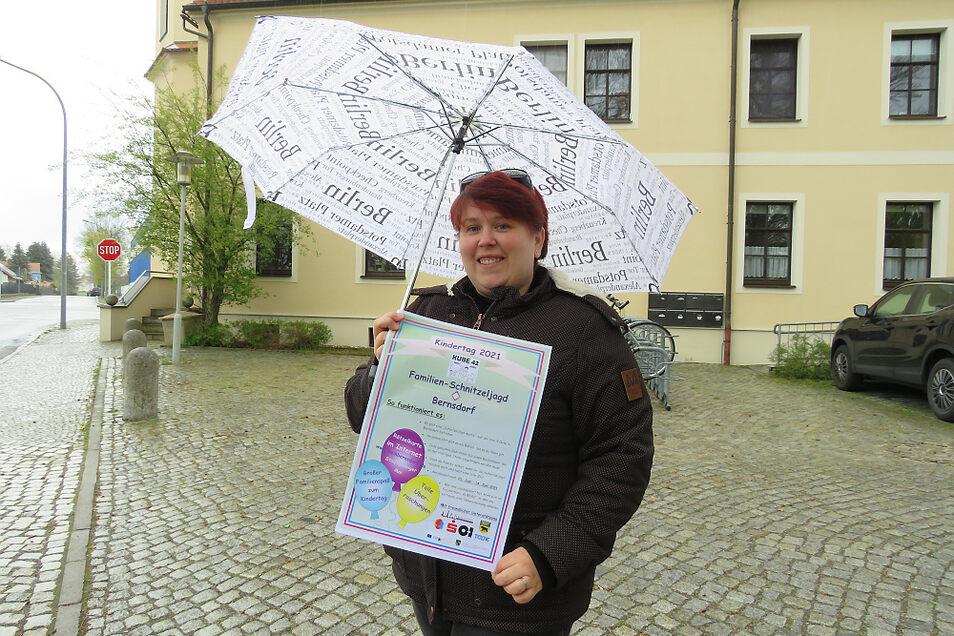 """Katrin Klein (36) vom Projektbüro """"Kube 42"""" hat mit ihrer Kollegin Tina Götze eine Schnitzeljagd für Familien organisiert. Eine Station ist das Zollhaus."""