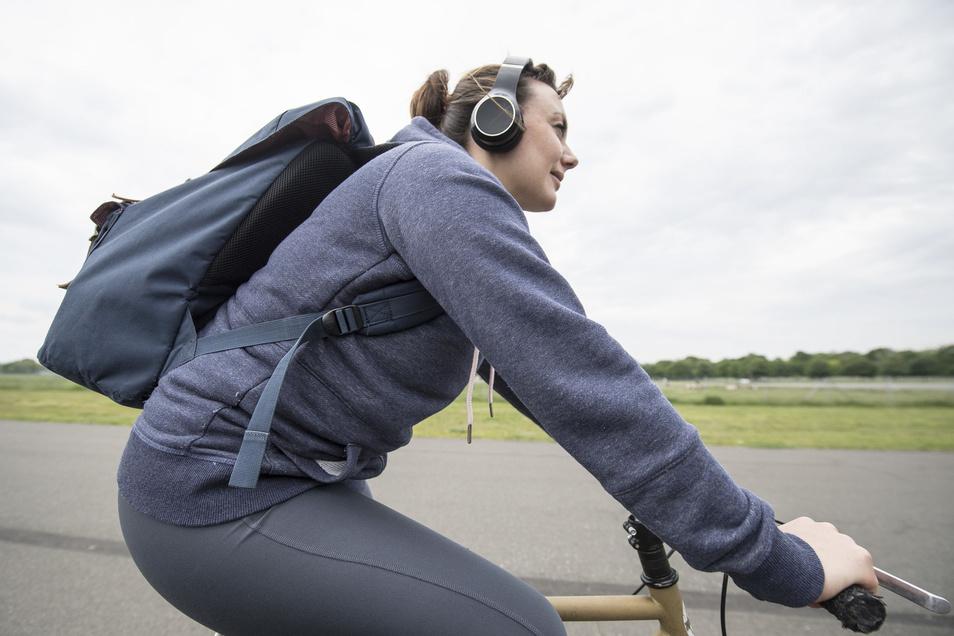 Auch leise Musik lenkt ab. Deshalb sollten Radfahrer keine Kopfhörer tragen.