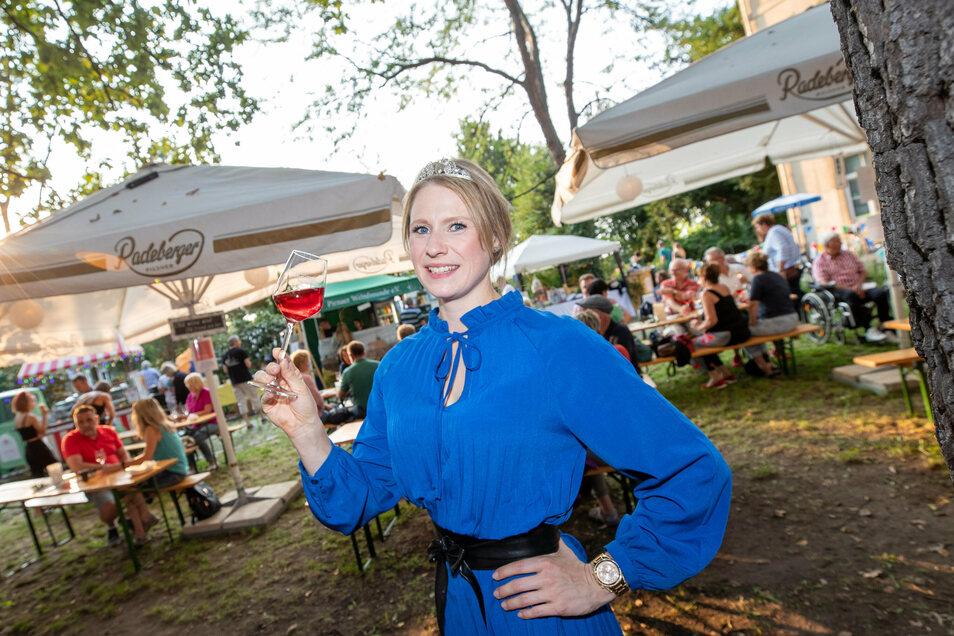 Die aktuelle Weinkönigin Ann-Kathrin Schatzl. probierte ein Glas Rosé von Winzer Wolfgang Winn aus Pirna.