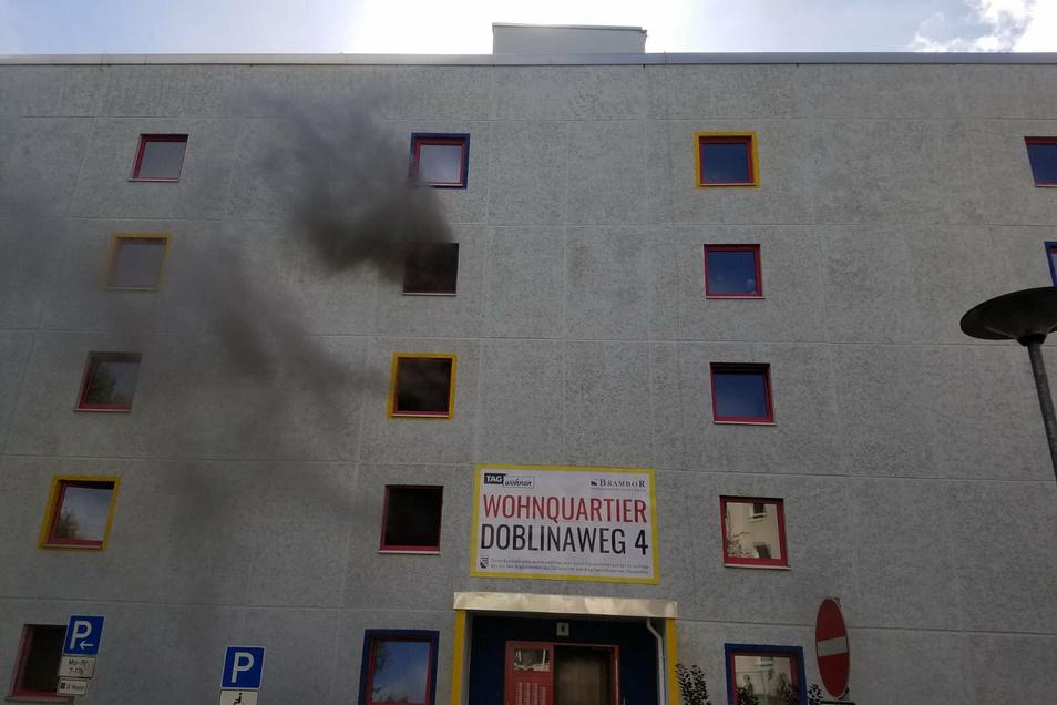 Über Schächte innerhalb des Gebäudes ist der Rauch auch in einige Wohnungen eingedrungen.