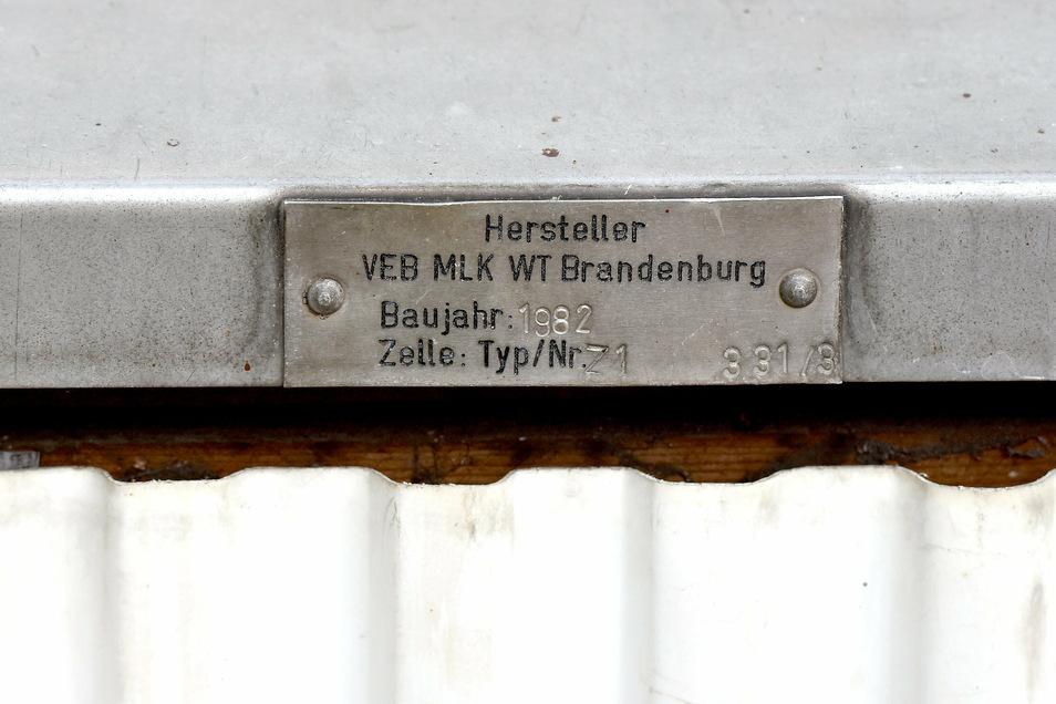 Baujahr 1982 steht auf dem Herstellerschild des Containers.